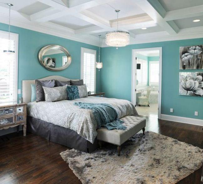 schlafzimmer gestalten in blau mit holzboden und weiße deckengestaltung-teppich in beige und grau- wandspiegel mit silbernem Rahmen