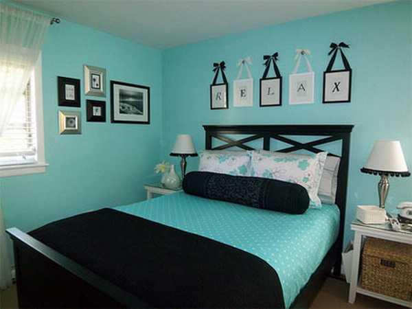 schlafzimmer mit Wänden blau und schwarzem bett- blaue bettwäsche mit weißen punkten-schwarze bettdecke