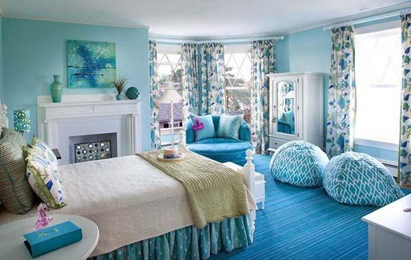 Schlafzimmer Mit Weißem Kamin Und Hellblauen Wänden Bodenkissen Blau Weiße  Gardinen Mit Blauen Blumen