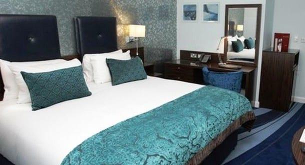 Schlafzimmer blau mit wandtapete grau freshouse for Wandtapete grau