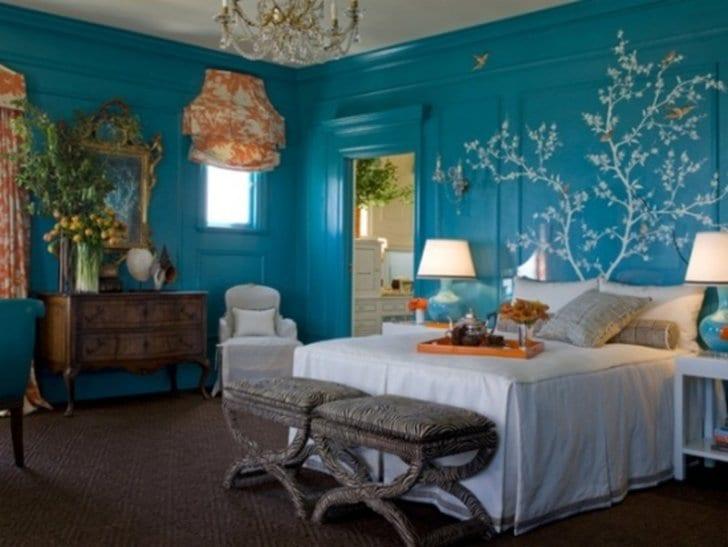 modernes schlafzimmer einrichten in blau mit rustikalen Holzmöbeln-gardinen weiß und orange