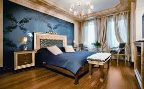 schlafzimmer einrichten mit holzboden und modernen Wandtapete in dunkelblau