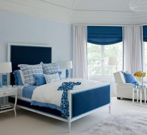 weißes schlafzimmer mit bett und gardinen blau- hellblaue wände-weiße gardinen und weißer teppich