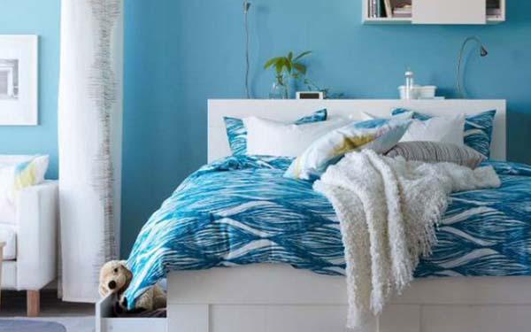 weißes Ikeabett mit blauer bettwäsche und weißer Bettdecke- gardinen weiß
