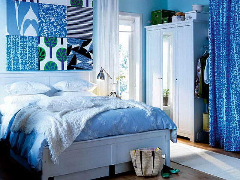 schlafzimmer mit blauen wänden und blauer Wanddeko- weißes bett mit blauer bettwäsche und weißer bettdecke-wißer kleiderschrank