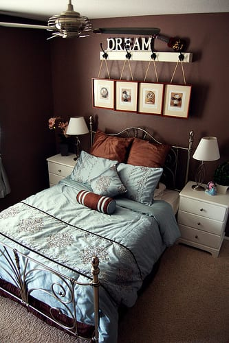 schlafzimmer gestaltung mit weißen nachttischen und bettwäsche blau-bilderrahmen dekorieren