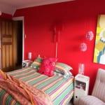 moderne wandfarben-schlafzimmer pink mit gestreifter bettwäsche in residagrün und pink