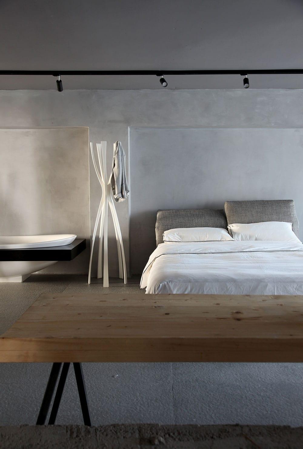 modernes schlafzimmer gestalten mit tuchhalter weiß und freistehende badewanne weiß mit schwarz