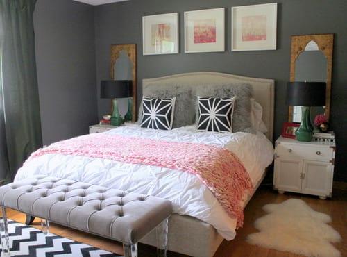 spiegel im schlafzimmer mit grauem bett und rosa bettdecke-gardinen grau-weiße nachttische