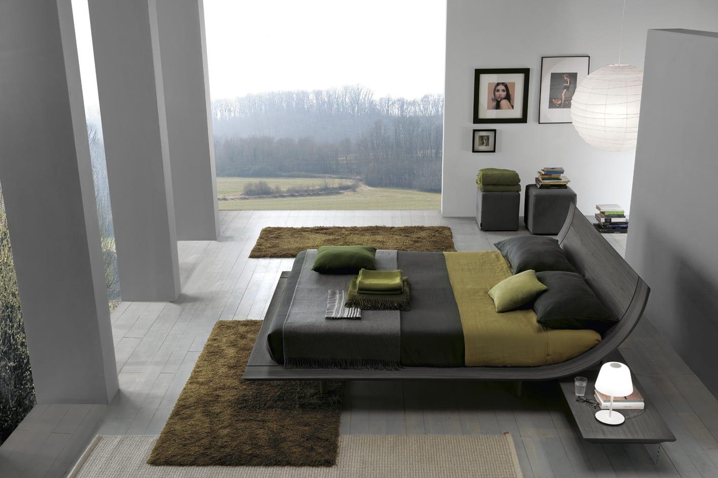 luxus schlafzimmer mit grauer wand und panoramafenstern-modernes bett und bettwäsche grau und grün