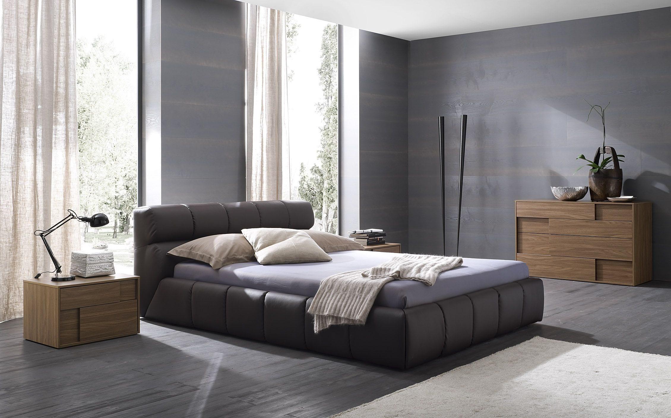 minimalistisches schlafzimmer mit grauem Holzboden und ledderbett grau-moderne holzmöbel fürs schlafzimmer