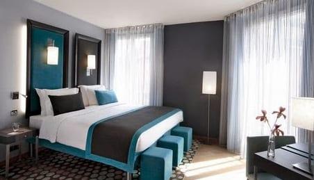ideen für wandgestaltung schlafzimmer im schwarz und blau-wandfarbe grau-bett und hocker in blau