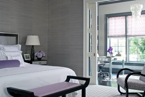 modernes schlafzimmer mit schiebetüren-sitzbank schwarz mit lila sitzfläche