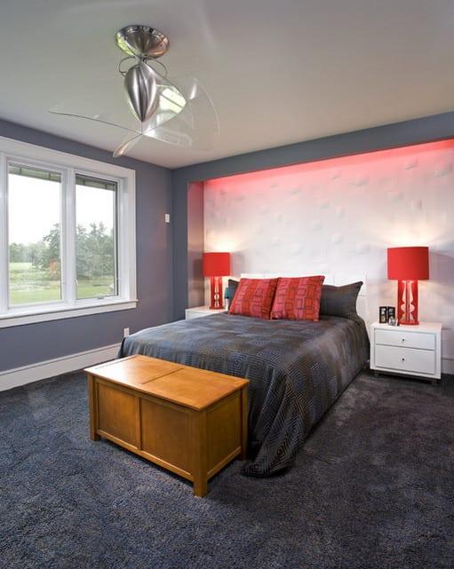 wandfarbe grau mit indirekter roten beleuchtung-rote tischlampen-bettdecke grau