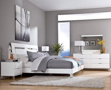 lichtgestaltung im schlafzimmer-weißes bett mit bettwäsche grau und sideboard mit schubladen weiß