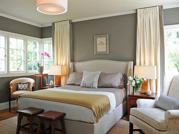 modernes schlafzimmer mit hellgrauen wänden und gardinen hellgelb-bettdecle gelb