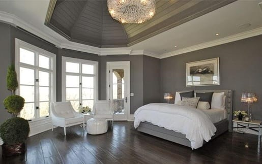 großzügige raumgestaltung in grau und weiß mit deckenverkleidung