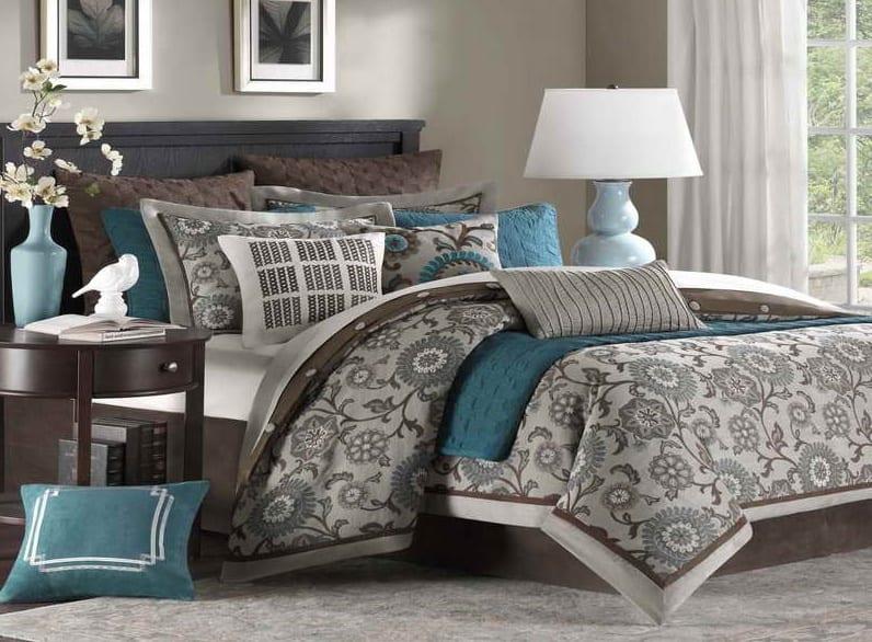 wandfarbe taupe-bett und bettwäsche in grau mit bettdecke und kissen in blau-schlafzimmer teppich grau