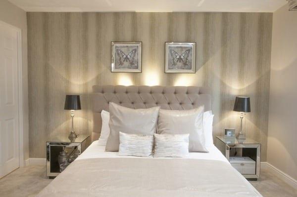 modernes schlafzimmer mit hellgraues bett und modernen nachttischen aus spiegelglas-wandgestaltung mit schmetterlibgen