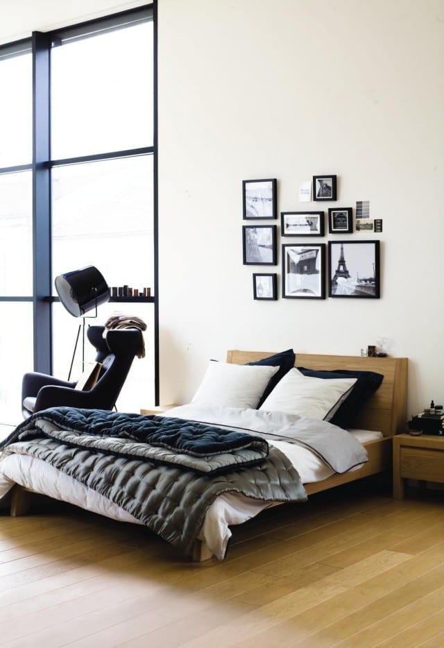 schlafzimmer gestalten mit Holzbett und steppdecke grau und blau
