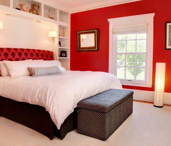 modernes schlafzimmer mit weißem wandregalsystem