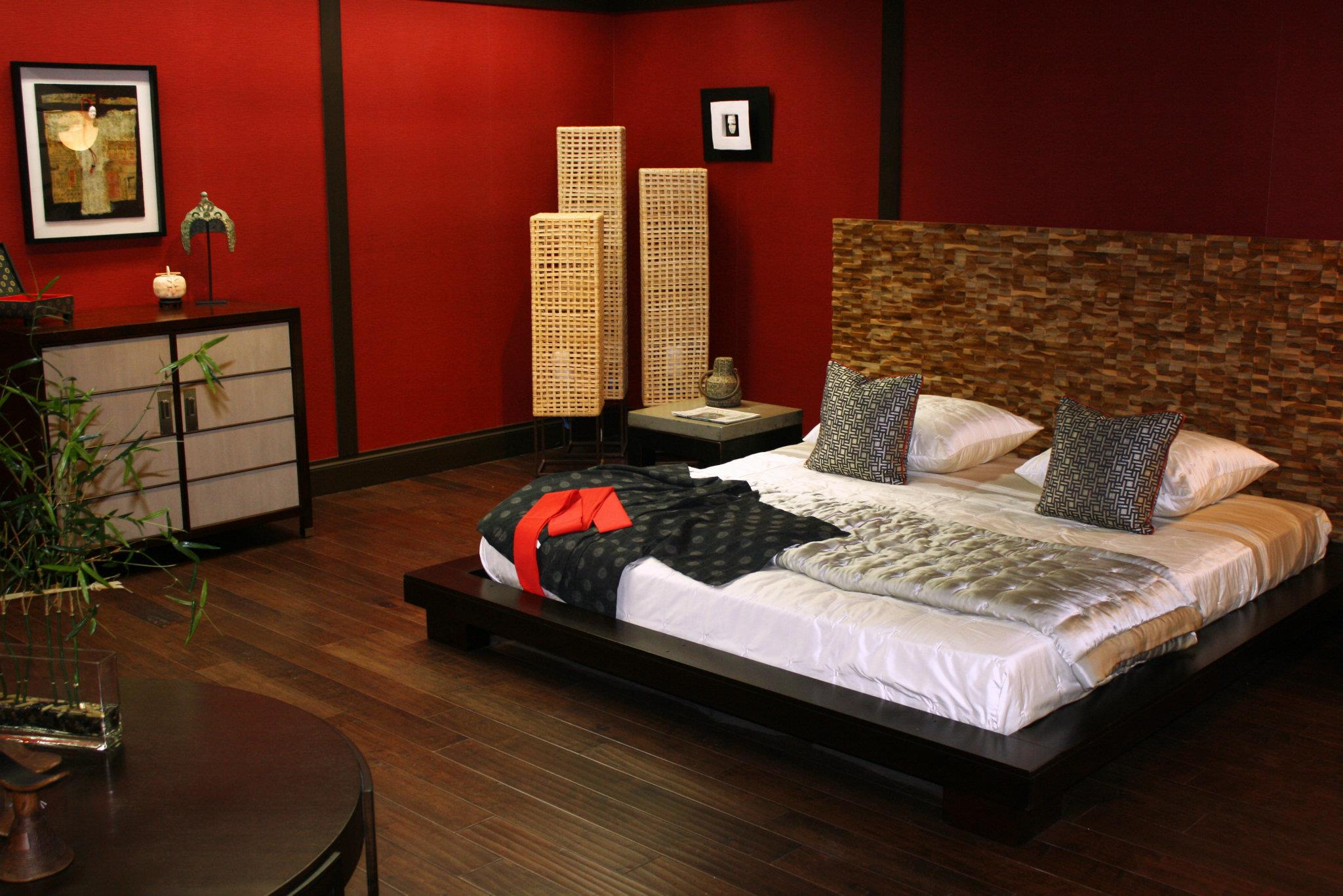 asiatisches schlafzimmer gestalten mit roten wänden und Stehleuchten mit Weidenkörbe