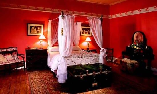schlafzimmer rot mit bett dekoration freshouse. Black Bedroom Furniture Sets. Home Design Ideas