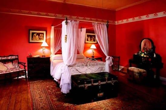 schlafzimmer mit rustikalem holzboden und rustikalen möbel