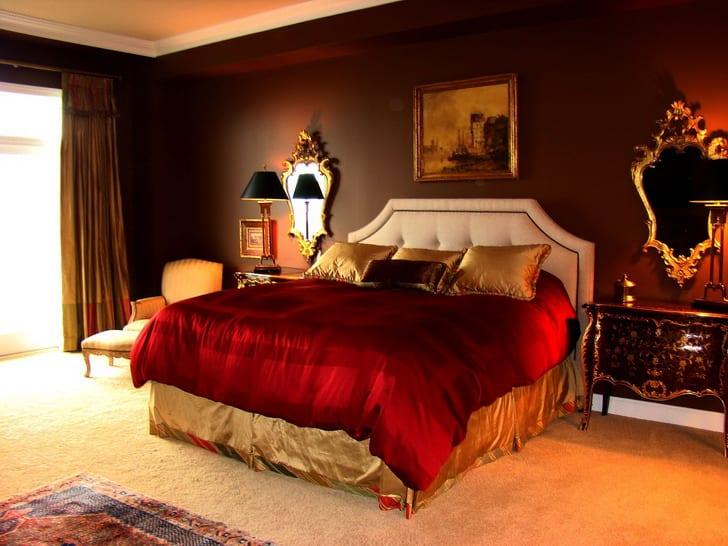schlafzimmer mit Wandfarbe braun und weißem teppich-gardinen gold-quin bett weiß mit goldener und roter bettwäsche