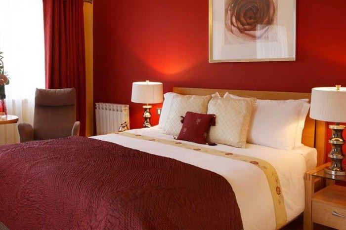 wohnidee schlafzimmer mit wandfarbe rot