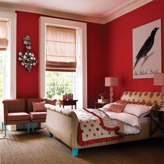 modernes bett mit blauen bettfüßen-wand deko idee schlafzimmer