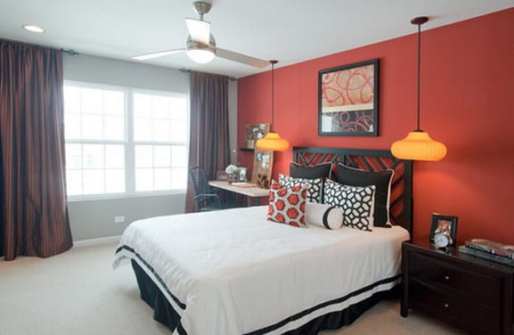 bett dekorieren mit kissen-schwarzes bett - pendelleuchten im schlafzimmer