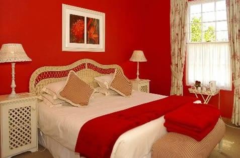 rote wandfarbe- retro schlafzimmer dekorieren