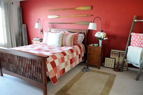 wandgestaltung schlafzimmer- qarierte bettdecke-holzbett