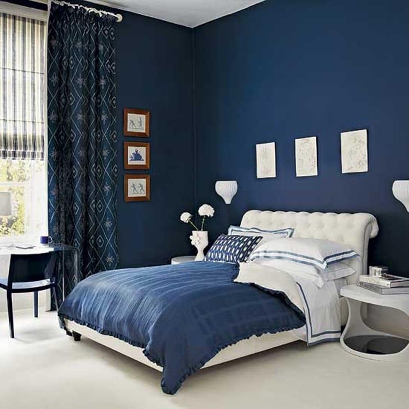 schlafzimmer blau mit weißem lederbett und blauer bettwäsche-gardinen blau