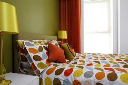 wandfarbe grün-holzbett mit bettwäsche punktmuster-grüne tischleuchten und orange gardinen