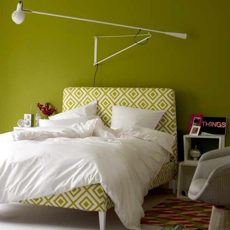 schlafzimmer grün mit moderner wandlampe weiß-weißes bett mit motiven in grün