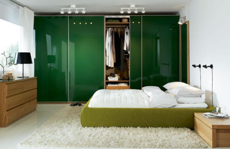 schlafzimmer weiß mit kleiderschrank grün lack-grünes bett