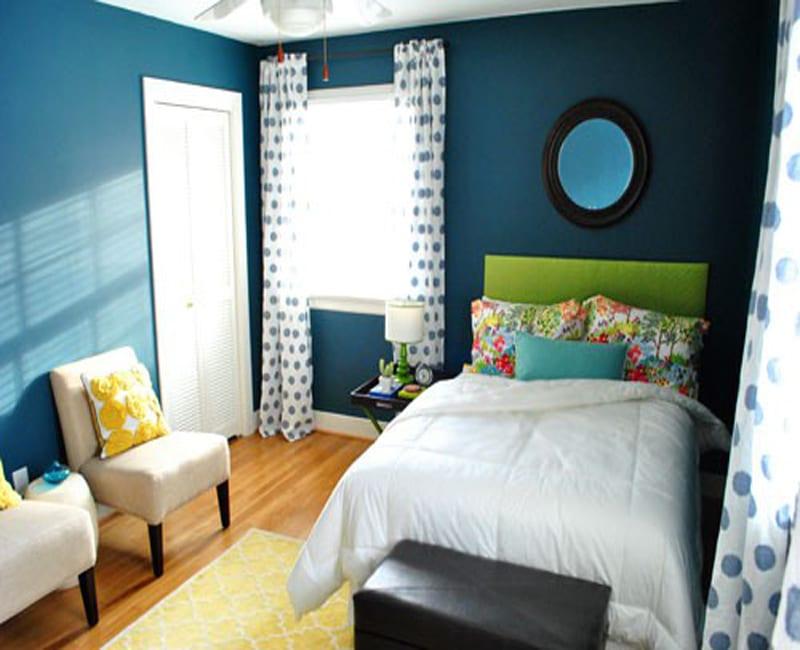schlafzimmer gestalten mit wandfarbe blau und bett in grün