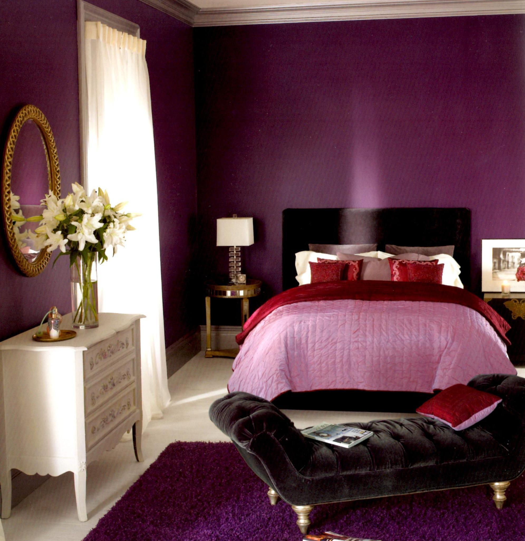 schlafzimmer lila mit bett und sessel aus schwarzem Samt-spiegel im schlafzimmer