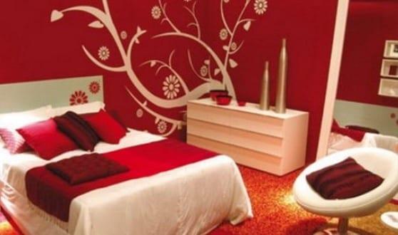 Schlafzimmer Wandfarbe Rote Wand Mit Weißem Wandtattoo Baum, Schlafzimmer  Entwurf