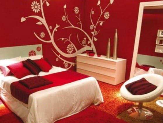 schlafzimmer rot mit kommode weiß und teppich rot-spiegel im schlafzimmer
