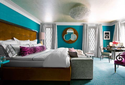 schlafzimmer blau mit quin bett aus braunem Samt-spiegel im schlafzimmer