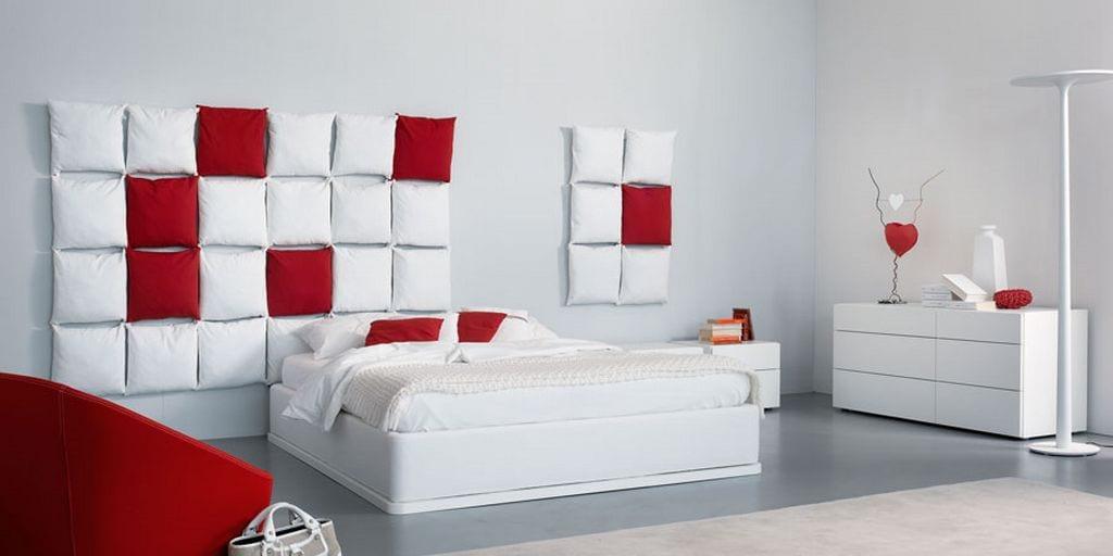 weißes schlafzimmer mit rotem sessel-seideboard dekorieren