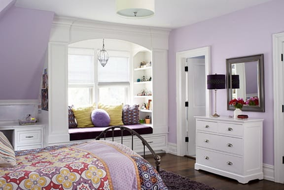 schlafzimmer dachschräge-wandfarbe lila-fenster dekoration mit fensterbank und bücherregal