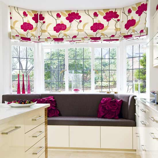 weiße küche gestalten-fensterrollos küche-weiße gardinen mit violettfarbigen blumen