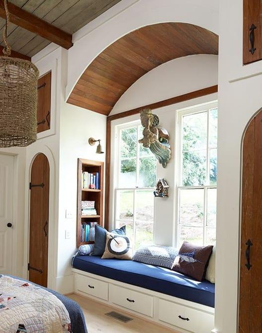 fensternische mit bogendecke aus holz- schlafzimmer gestalten in weiß und holz