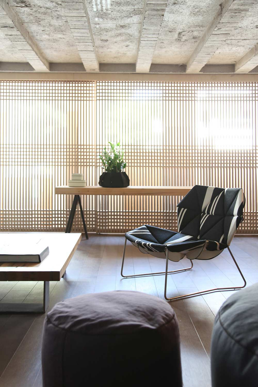 fensterdekoration mit sonnenschutz aus holzernen japanischen Gitterpaneelen