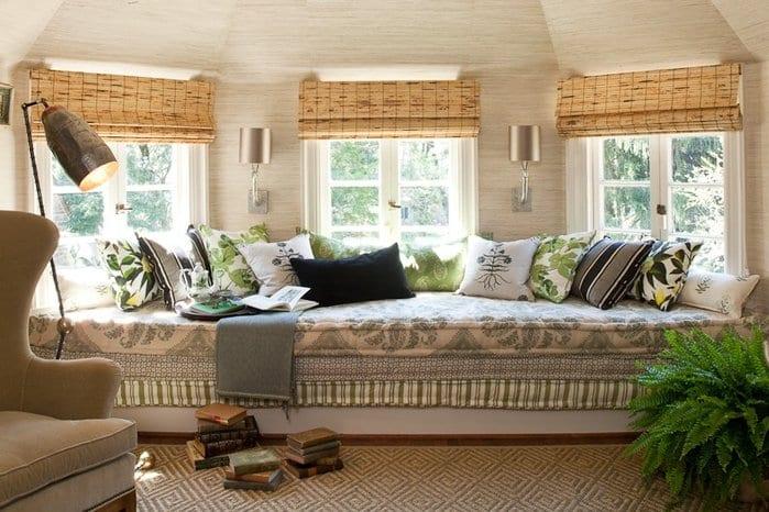schlafzimmer dachschräge-bambus fensterrollos-fensterbank sofa