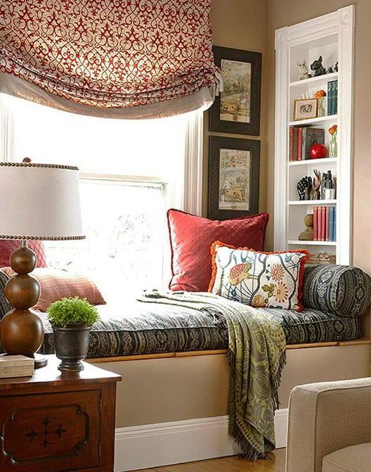 fenster dekoration- wandfarbe taupe-fensterbank als ligesofa dekorieren-eingebaute wandregale